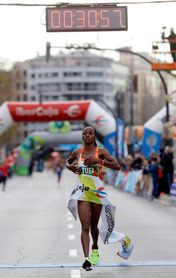 La keniana Sandra Chebet bate récord de la prueba y Abayneh gana en hombres