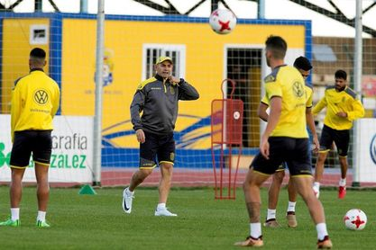 Las Palmas se entrena y el club borra pintadas en contra de jugadores y directivos