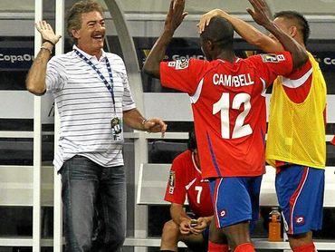 La Volpe y Campbell chocan las manos en un partido de la selección de Costa Rica