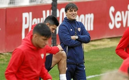 Montella, en un entrenamiento del Sevilla; Correa, en primer plano.