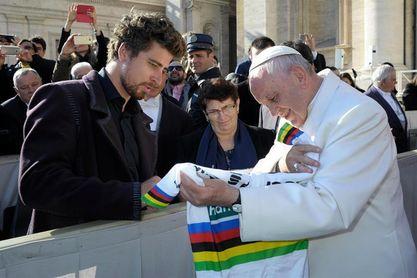 El triple campeón del mundo Peter Sagan saluda al Papa en el Vaticano