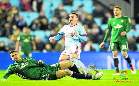 Iago Aspas anotando el 1-0 para el Celta tras el error de Javi García.