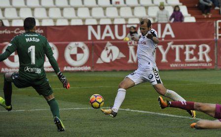 Roman Zozulya tira a puerta en un encuentro con el Albacete.