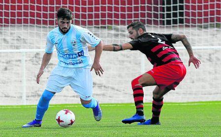 En la imagen, Rafael González Rodríguez ´Chuma´ protege el esférico del lateral Moisés Jiménez en un lance del Gerena-Lebrijana.