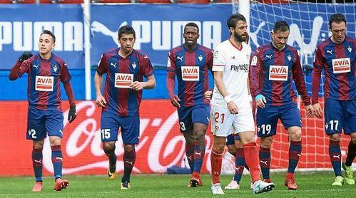 Los jugadores del Eibar celebra un gol ante la decepción de Pareja.