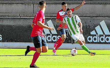 Redru conduce la pelota en el partido de la primera vuelta, en el que el Betis Deportivo venció por 2-0.