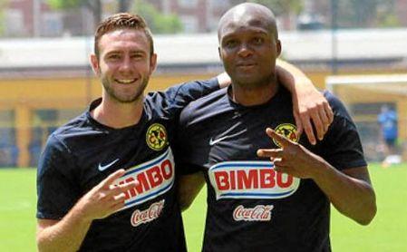Miguel Layún y Aquivaldo Mosquera posan durante un entrenamiento con el América de México.