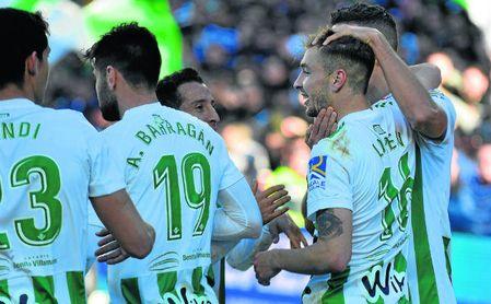 Loren Morón celebra con sus compañeros el primer gol del Betis ante el Villarreal del pasado sábado.