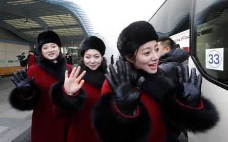 Centenares de animadoras norcoreanas cruzan la frontera para asistir a los JJOO