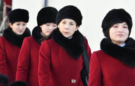 Animadoras y atletas norcoreanos participan en un evento de bienvenida olímpica