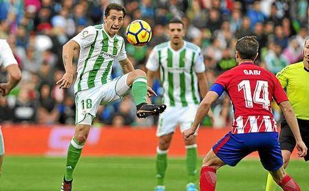 Guardado controla el balón en el partido ante el Atlético.