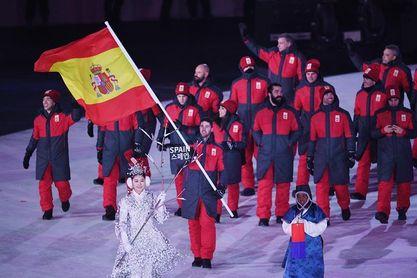 España desfila de rojo y gris tras la sonrisa del cumpleañero Eguibar