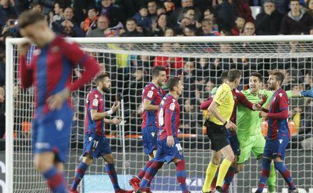 3-1: El Valencia mantiene su renta sobre el Sevilla con ayuda arbitral