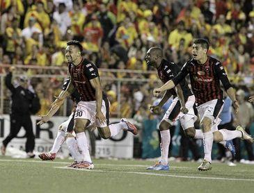 Alajuelense llega al liderato con dos goles del hondureño Rojas en Costa Rica
