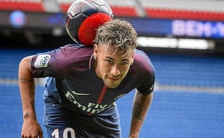 Neymar sufre un esguince y una fisura en el quinto metatarsiano derecho
