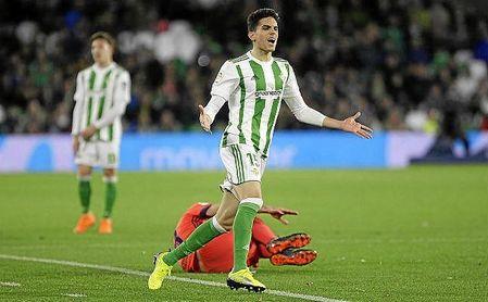 Bartra se lamenta durante el Betis-Real Sociedad.