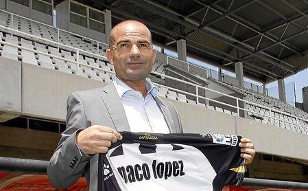 Paco López, cuando fue presentado con el Cartagena, en 2011.