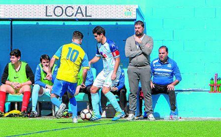 Diego Tristán, entrenador del Algabeño, observa a su equipo en el último partido ante el Conil.