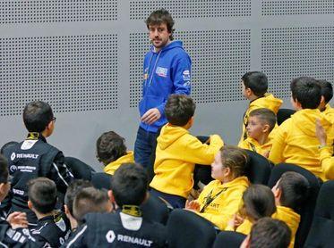 """Fernando Alonso entrega los premios de la """"Renault Kart Pequeños Campeones"""""""