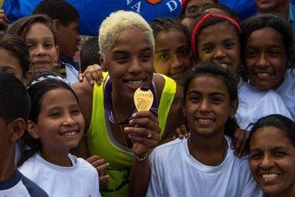 """Yulimar Rojas muestra en Caracas su medalla más sufrida y """"sentimental"""""""