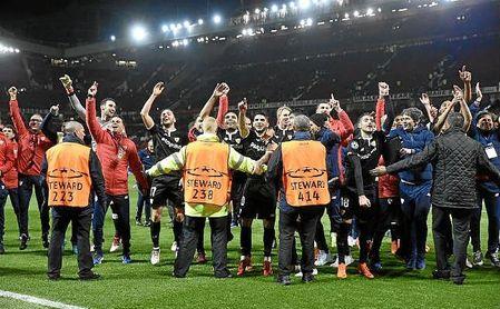 Los jugadores del Sevilla festejan la clasificación con la afición.