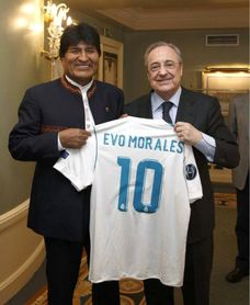 Florentino Pérez regaló a Evo Morales una camiseta del Real Madrid