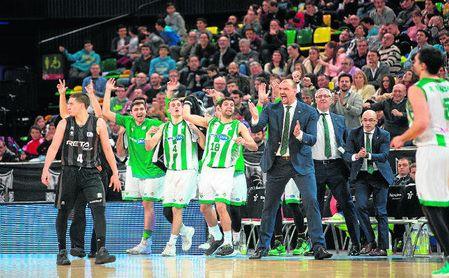 El banquillo bético celebra una acción en el Bilbao Basket-Betis.