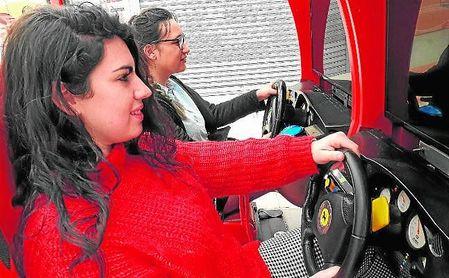 Dos clientas, disfrutando de la experiencia ´Retrogamer´ en Alcampo Tamarguillo.