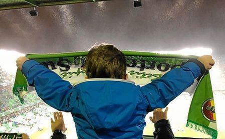 """La fiel afición verdiblanca, con su equipo """"manquellueva""""."""
