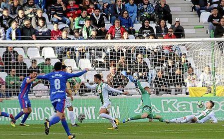 El Oviedo se adelantó en el campo del Córdoba.