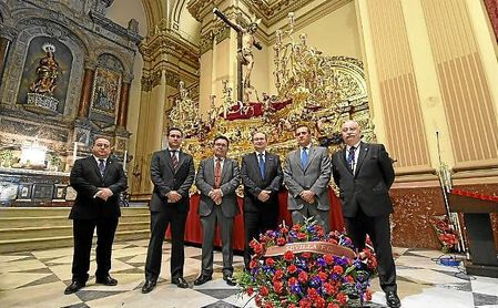 Imagen de la ofrenda floral en la iglesia de la Inmaculada Concepción.