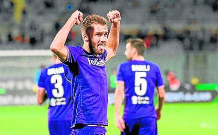 Pezzella celebra un gol con la Fiorentina.