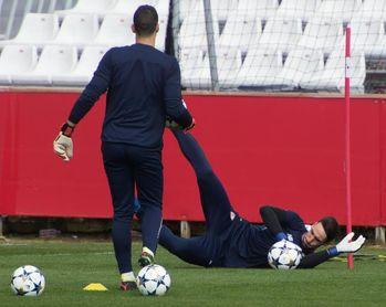 El meta David Soria, titular en el Sevilla; el Bayern, sin James ni Robben