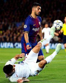 Un gol en propia puerta de De Rossi avanza al Barça en el primer tiempo