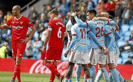 Los jugadores del Celta celebran el primer gol ante la desesperación de Carriço y Pizarro.