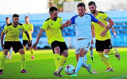 El Écija recibe al Marbella mañana en una cita que tiene que ser un punto de inflexión para los azulinos; en la imagen, lance de la primera vuelta.