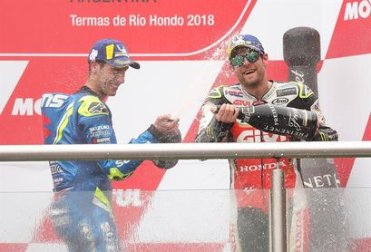 Crutchlow gana una carrera plagada de incidentes