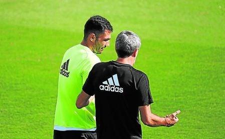 Setién, con Adán en un entrenamiento.
