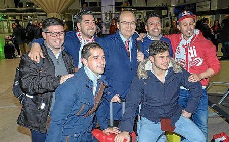 José Castro, con los seis aficionados protagonistas de la historia.