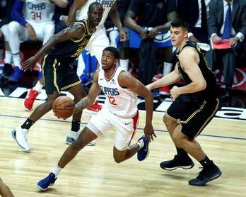 100-115. El novato Hart dirige el ataque ganador de Lakers en duelo angelino