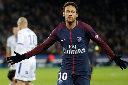 Neymar da un paseo en bicicleta con sus amigos tras dejar las muletas