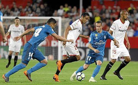 Lenglet observa una acción de Muriel durante el Sevilla FC-Real Madrid.