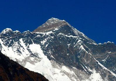 Un escalador chino de 70 años amputado de ambas piernas corona el Everest
