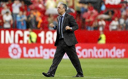 Caparrós fue homenajeado por el Sánchez-Pizjuán tras acabar el partido ante el Alavés.