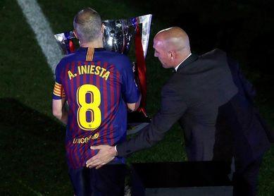 El Camp Nou despide a Iniesta con una fiesta a la altura de la leyenda