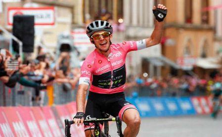 Yates desafía con la maglia rosa el reloj de Dumoulin