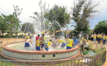 El Coria celebra el ascenso a Tercera logrado tras empatar ante el Xerez Deportivo.