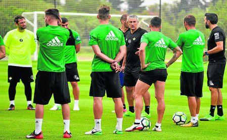 Quique Setién, junto a Éder Sarabia, en un entrenamiento en Montecastillo el verano pasado.