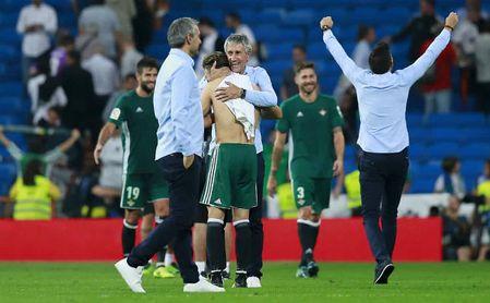 Setién celebra la victoria en el Bernabéu al finalizar el encuentro.
