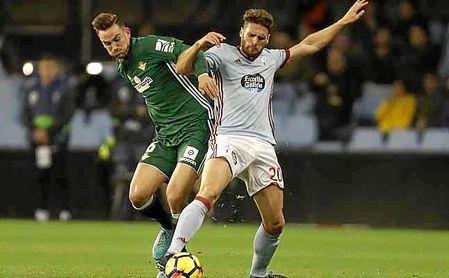 Fabián y Sergi Gómez pugnan por un balón.